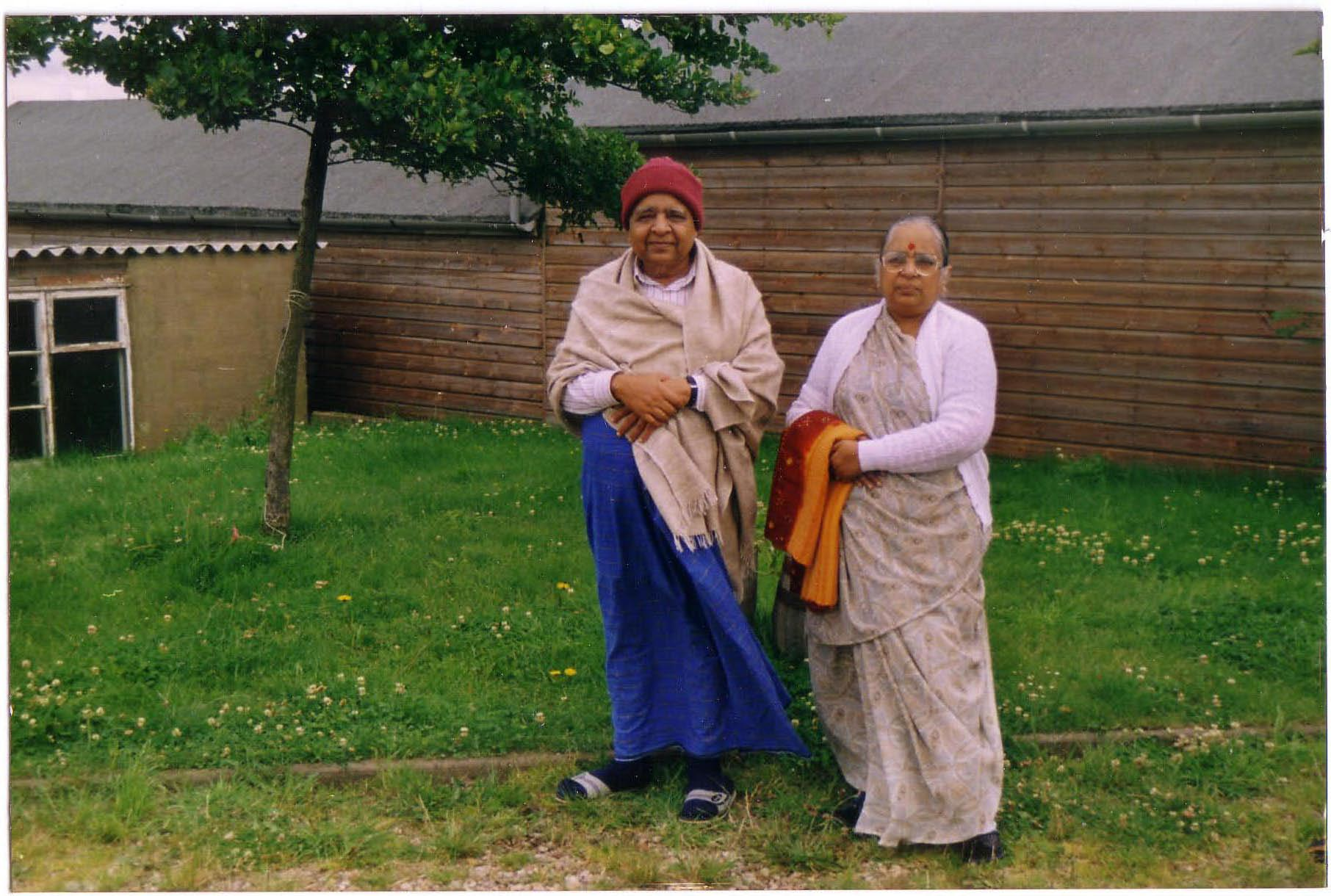 Dhamma Dipa - Goenkaji and Mataji in 1991